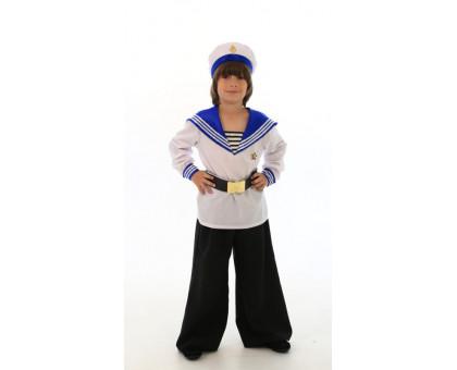 Костюм моряка для мальчика: бескозырка, брюки, матросская рубаха, ремень с металлической пряжкой.